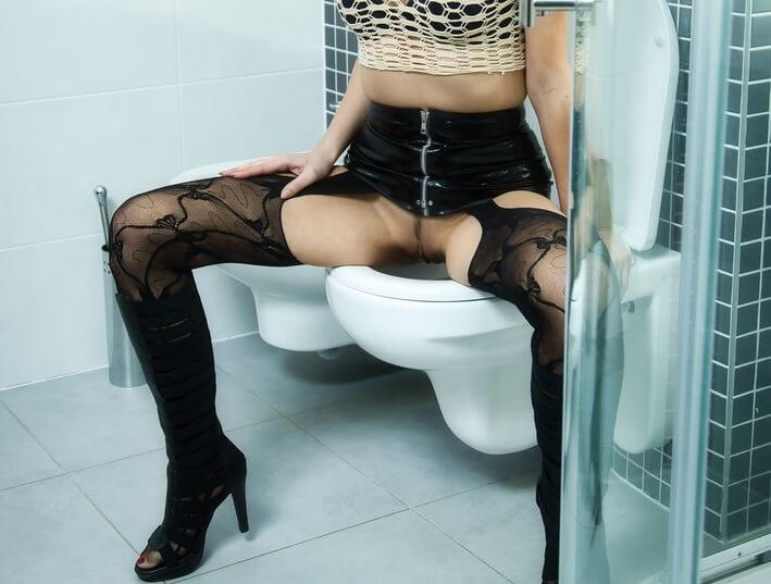 Dei meu cuzinho virgem no banheiro da balada